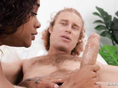Мулатка увидела дрочащего член белого парня и занялась с ним сексом