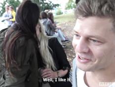 Блондинка и шатенка на улице занимались свинг сексом с двумя парнями