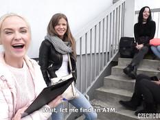 Две девушки свингерши сосут и ебутся с парнем на лестничной площадке