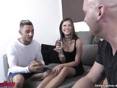 Девушка и парень занимаются свинг сексом с сисястой блондой и лысым