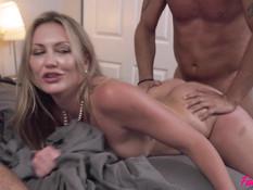 Страстный групповой секс на кровати зрелой пары с молодой парочкой