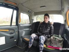 Пышногрудая тёлка с тату ебётся с водителем такси на заднем сиденье