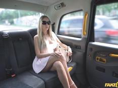 Таксист отодрал в автомобиле и обкончал красивую грудастую блондинку