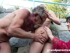 Пока грудастая девка сосала член у деда, парень отымел сисястую даму