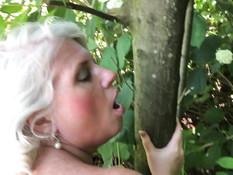 Зрелая грудастая блондинка сосёт член и ебётся на лужайке возле дома