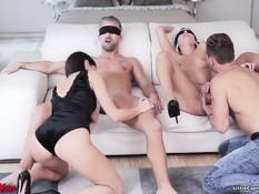 Две молодые свинг пары бешено трахались в разных позициях на диване