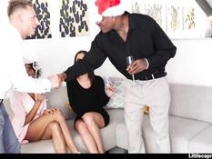 Грудастая мулатка и белая девка устроили свинг пати со своими парнями