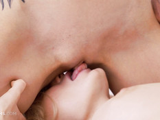 Нежный лесбийский секс на кровати трёх молодых украинских блондинок
