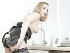 Зрелая русская блонда с маленькой грудью мастурбирует сидя на столе