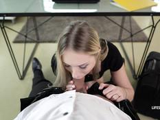Услужливая украинская секретарша в офисе ебётся с начальником в анал