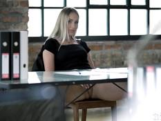 Небритый босс ебёт в тугой анус светловолосую украинскую секретаршу