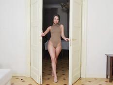Юная русская красавица с короткой стрижкой отпердолена в тугой анус