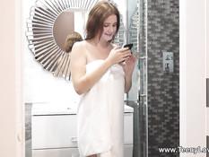 Рыжеволосая сисястая русская подруга принимает душ и ебётся с парнем