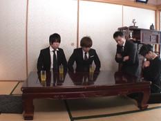 Трое мужиков отымели зрелую японскую шатенку и залили киску спермой