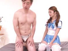 Старательная японская красотка помогает кончить застенчивым ребятам