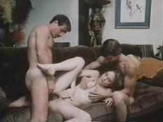 Две горячие подружки занимались групповым сексом с четырьмя парнями