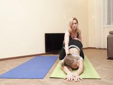 Лесбийский секс зрелой русской тренерши по йоге с молодой блондинкой