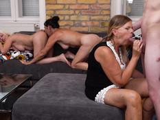 Три похотливые зрелые дамы соблазнили на групповой секс тощего парня