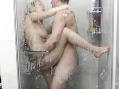 Грудастая украинская зрелая блондинка ебётся со своим мужиком в душе