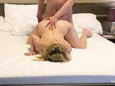 Мужик отодрал на кровати сисястую украинскую жену и обкончал её попу