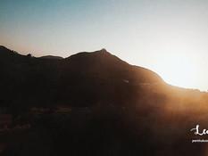Молодая блондинка с пирсингом сосков оттрахана на горе в позе раком