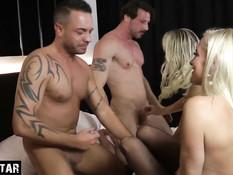 Свинг вечеринка двух зрелых сиськастых блондинок с двумя мужчинами