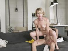 Зрелая русская блондинка с маленькой грудью ебётся с молодым парнем