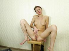 Худая русская дамочка с рыжими волосами теребит бритую пизду на полу