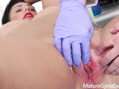 Гинеколог отодрал сисястую зрелую брюнетку секс машиной и вибратором