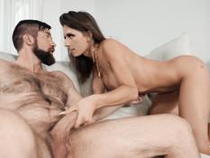 Молодой красивый транс с большой грудью оттрахан бородатым мужчиной