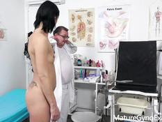 Пожилой гинеколог отодрал секс машиной худую даму с маленькой грудью