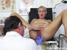 Высокую зрелую блондинку с большими сиськами оттрахал врач гинеколог