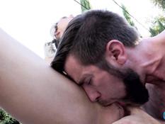 Мужчина с бородой отпердолил во дворе молодого светловолосого транса