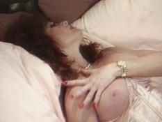 Кудрявая рыжеволосая дамочка в корсете ебётся с молодым любовничком