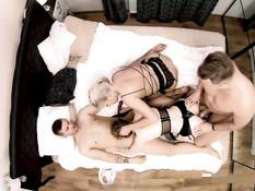 Две грудастые свингерши трахаются с двумя парнями на большой кровати