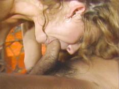 Перевозбуждённая блондинка на кровати ебёт любовника в позе наездницы
