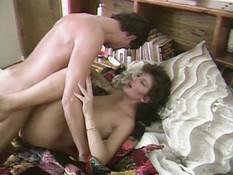 Женщина с каштановыми волосами насладилась сексом с усатым любовником