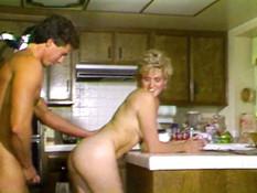 Он отлизал у блондинки волосатую пизду и оттрахал на кухонном столе