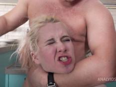 Мужчина на кухне отпердолил в анус зрелую и молодую русских блондинок