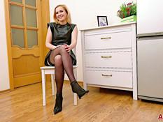 Зрелая русская блондинка с маленькой грудью оголила стройную фигуру