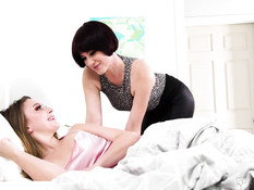 Юная сисястая блондинка занимается лесби сексом с рыжей зрелой дамой