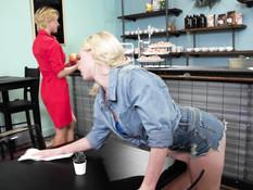 Сиськастая начальница-лесбиянка занимается любовью с юной официанткой