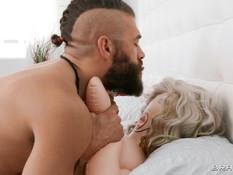 Бородатый бойфренд отпердолил худую девушку во все доступные дырочки