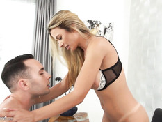 Зрелая сиськастая блондинка дала парню отодрать себя в киску и анус
