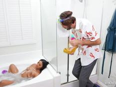 Белый бородатый мужчина отодрал в ванной и обкончал молодую мулатку