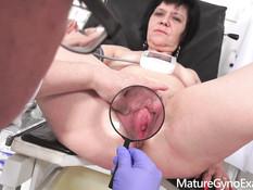 Темноволосая сисястая мамочка оттрахана старым развратным гинекологом