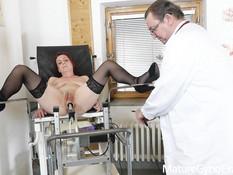 Зрелую даму с большой обвисшей грудью гинеколог отодрал секс машиной