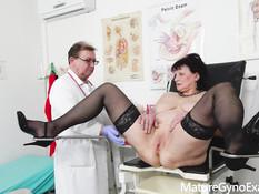 Грудастая дама осмотрена врачом гинекологом и оттрахана секс машиной
