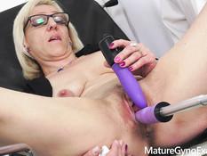 Очкастую зрелую блондинку гинеколог отымел вибратором и секс машиной