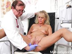 Пышногрудая светловолосая дама оттрахана в пизду пожилым гинекологом